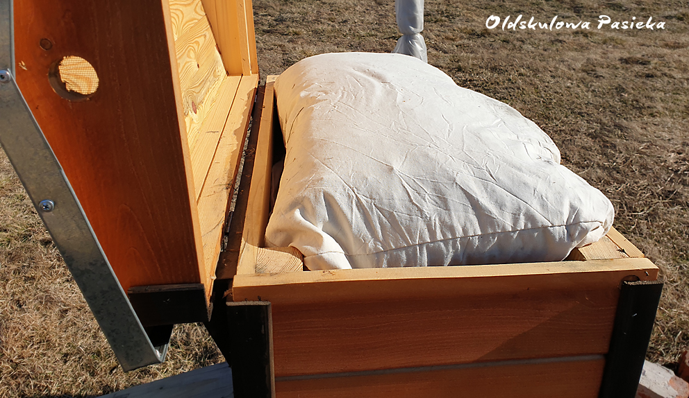 Ciepło w ulu na przedwiośniu i wiosną jest bardzo ważne. Wtedy zaczyna się wychów larw. W Oldskulowej Pasiece pilnujemy aby pszczelim rodzinom nie brakowało ciepła i nie marnowały energii  na jego wytwarzanie,.