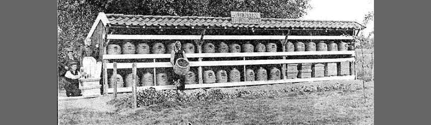 stara fotografia przedstawiająca wiatę ze stojącymi w niej kuszkami